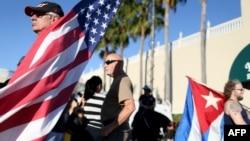 گروهی از مردم با پرچمهای دو کشور در میامی، فلوریدا