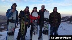Мэтью Пушел в компании кыргызстанских сноубордистов.