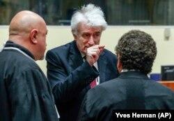 Радован Караджич (у центрі) розмовляє зі своїми адвокатами, фото минулорічне