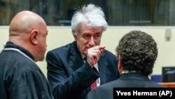 Радован Караджич (в центре) беседует со своими адвокатами, архивное фото