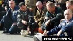 """Металлурги на забастовке на территории АО """"АрселорМиттал Темиртау"""". Темиртау, 29 июня 2012 года."""