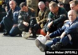 «АрселорМиттал Теміртау» жұмысшылары. Теміртау, 29 маусым 2012 жыл. (Көрнекі сурет)