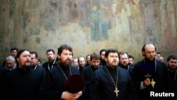 Священики на службі біля Києво-Печерської лаври, 13 серпня 2014 року