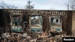Зруйнований внаслідок бойових дій будинок. Дебальцеве, 25 лютого 2015 року