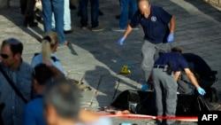 Сотрудники служб безопасности у тела палестинца, попытавшегося в среду осуществить нападение у Дамасских ворот Старого города