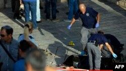 Сотрудники служб безопасности у тела палестинца, попытавшегося, как сообщается, осуществить нападение у Дамасских ворот в Иерусалиме. 14 октября 2015 года.