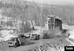 Отсыпка грунта у моста через Лену. На другом берегу виден поселок Якурим