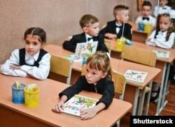 Першокласники з українськими букварями в одній зі шкіл Одеси, 1 вересня 2017 року