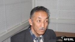 """Бердибек Жумабаев """"Азаттыктын"""" студиясында, 2010-жылдын 10-майы."""