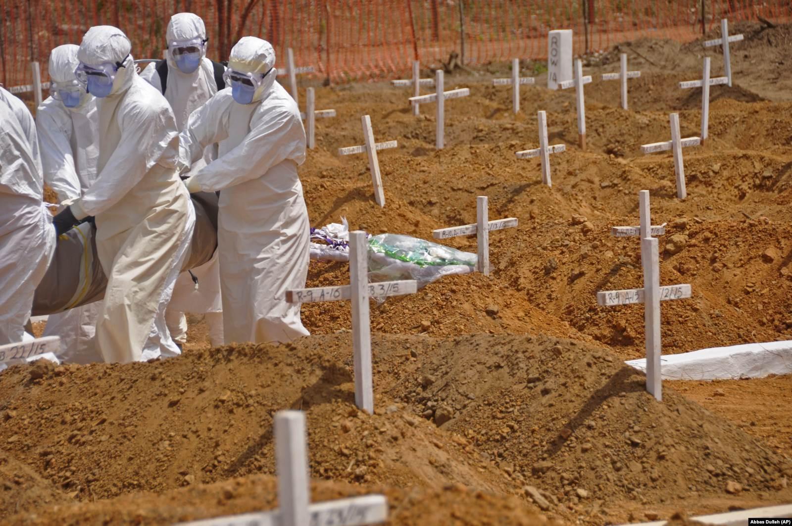 Zdravstveni radnici nose tijelo preminulog od ebole u Liberiji