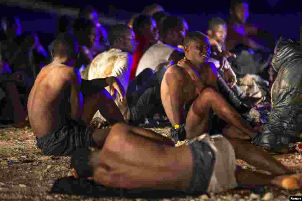 Беженцы из Африки на принадлежащем Испании канарском острове Гран-Канария, куда они добрались на рыбацкой лодке