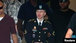 Ushtari Bradley Manning përcillet para një gjykate në Merilend të SHBA-ve