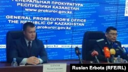 Представитель пресс-службы комитета национальной безопасности (КНБ) Казахстана Руслан Карасев (слева) на брифинге в генеральной прокуратуре. Астана, 6 июня 2016 года.