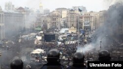 Сотрудники спецподразделения украинской милиции на Майдане Незалежности, где продолжаются антиправительственные столкновения. Киев, 19 февраля 2014 года.
