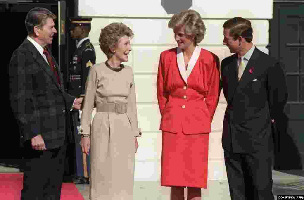 Президент США Рональд Рейган із дружиною приймають у Білому домі 9 листопада 1985 року принцесу Діану та її чоловіка принца Чарльза.