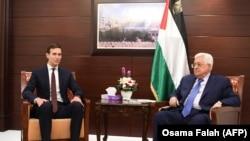 Джаред Кушнер и Махмуд Аббаса в Рамалле (архивное фото)
