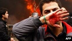 یکی از معترضان در جریان اعتراضهای ۶ دی ۱۳۸۸