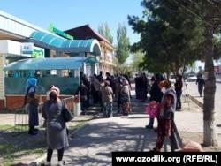 Очередь за наличными деньгами возле филиала «Хамкорбанка» в Асакинском районе Андижанской области, 7 апреля 2020 года.