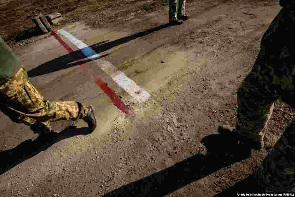 1 листопада було завершено формальне розведення сил і засобів на ділянці №2 поблизу Золотого. На один кілометр назад відведено українську армію. На один кілометр назад відведено контрольовані Росією збройні формування. Лінія на фото – межа між демілітаризованою зоною і українською стороною