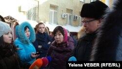 Супруга учителя Ольга Пак и адвокат Сергей Ким дают интервью после оглашения апелляционного решения. Караганда, 29 ноября 2016 года.