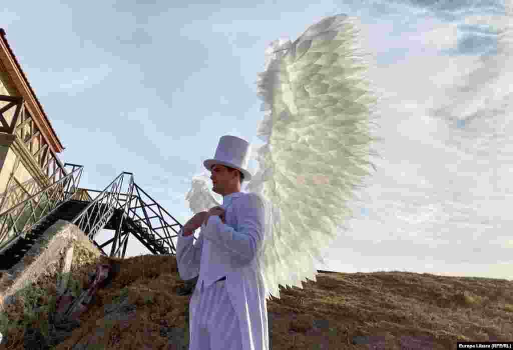 Un actor costumat cu aripi de înger participă la Ziua orașului Bender, din Republica Moldova. Cetatea Bender sau Tighina, situată în Transnistria, are o vechime de 613 ani și a fost una dintre cetățile istorice importante ale Principatului Moldovei, până în 1812.