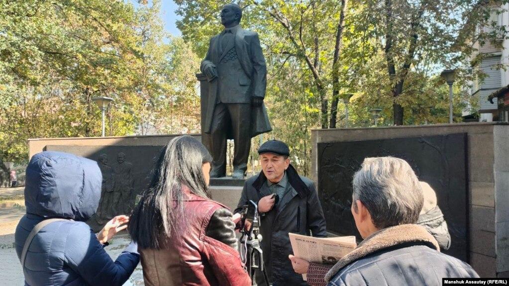 Гражданский активист Марат Курбанов (в центре) выступает с последним словом, подключившись к онлайн-заседанию через смартфон. Рядом с ним — несколько активистов, прибывших поддержать его. Алматы, 8 октября 2021 года