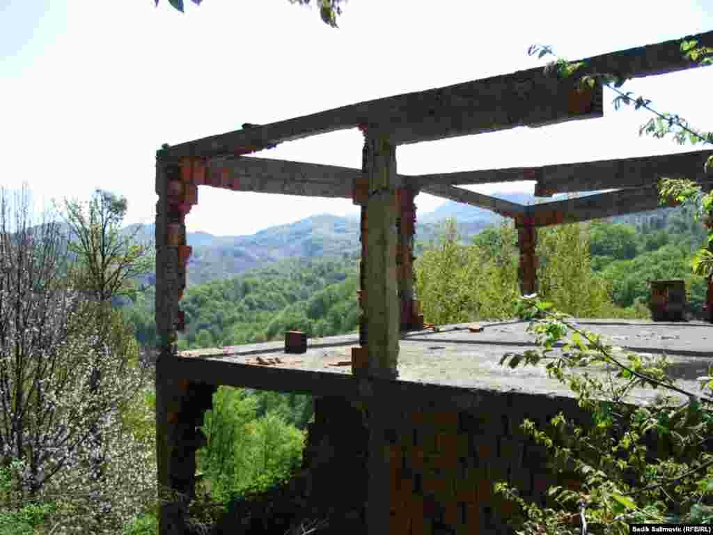 Kuća na području Opštine Srebrenica je tokom rata u BiH, devedesetih godina prošlog vijeka, zapaljena. Nakon rata uzet je upotrebljivi materijal za obnovu susjedne kuće.