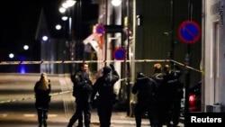 Oficerët e policisë po zhvillojnë hetime pasi pesë njerëz u vranë dhe disa të tjerë u plagosën nga një burrë që përdorte një hark dhe shigjeta për të kryer sulme, në Kongsberg, Norvegji, 13 tetor