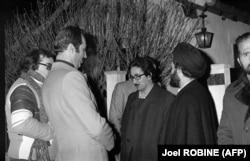 بنیصدر در کنار احمد خمینی و داریوش فروهر در نوفللوشاتو محل اقامت آیتالله خمینی در فرانسه در اواخر دی ماه ۵۷