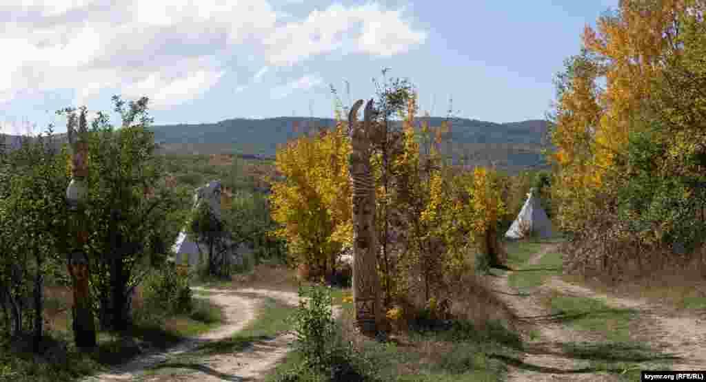 «Індіанські» вігвами розбиті в міжряддях саду
