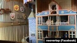 Дерев'яним вертепний будиночок, з ляльками та нотними записами