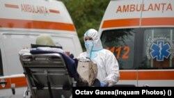 Амбулантни возила чекаат пред Универзитетската болница во Букурешт да хоспитализираат пациенти