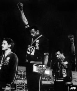 Томи Смит и Джон Карлос при награждаването им на Олимпийските игри в Мексико през 1968 г.