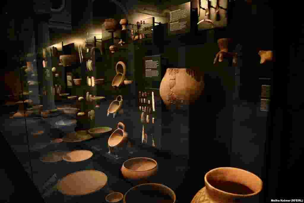 Tokom srednjeg neolitika razvija se prva autohtona, lokalna kulturna pojava – kakanjska kultura. Područje njenog rasprostiranja je sliv rijeke Bosne.Kakanjsku kulturu karakteriziraju nove forme keramike poput zdjela, tanjira, posuda na zvonolikim nogama.