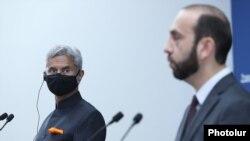 Armenia - Armenian Foreign Minister Ararat Mirzoyan (R) and his Indian counterpart Subrahmanyam Jaishankar speak at a joint news conference, Yerevan, October 13, 2021.