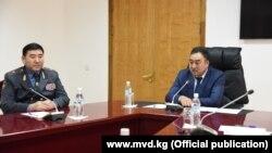 Суйунбек Омурзаков (слева) и глава МВД Улан Ниязбеков (справа).