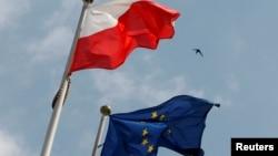 Flamuri i Polonisë dhe ai i BE-së para Parlamentit në Varshavë.
