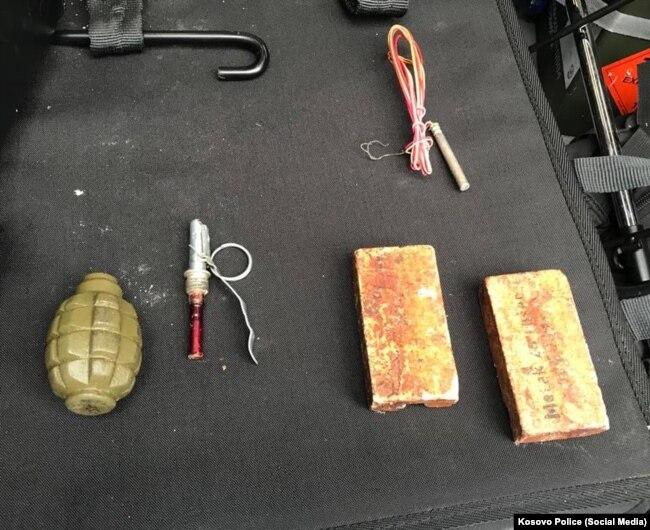 Një bombë dore e konfiskuar në operacionin ku u arrestuan pesë persona të dyshuar për terrorizëm.