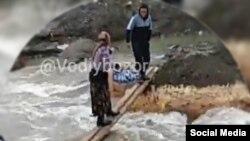 Самодельный мост, сооруженный через горный сай. Скриншот с видеозаписи.