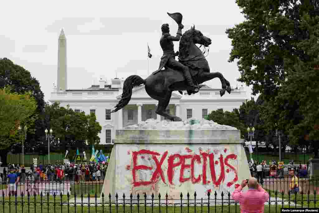 """""""Számíts/Gondolj ránk"""" – olvasható Andrew Jackson egykori amerikai elnök szobrán a Fehér Ház előtt az őslakosok napjára szervezett klímavédelmi tüntetésen"""