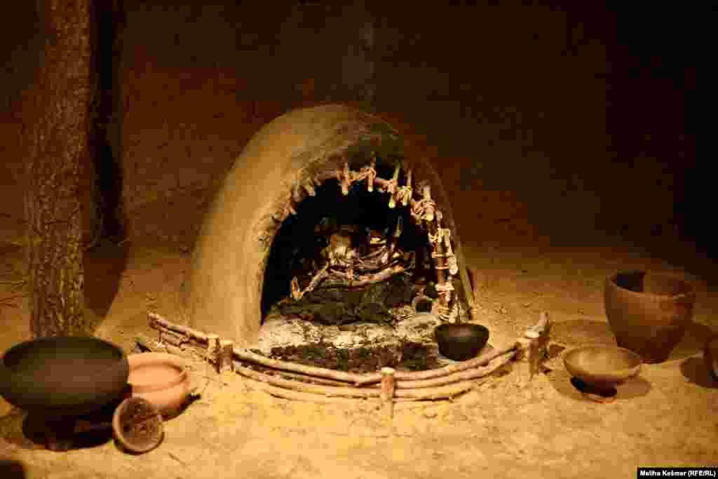 Cilj izložbe jeste pokazati svakodnevni život prethistorijskog čovjeka. Od sačuvanih predmeta u Muzeju je pokazana i unutrašnjost nastambeprethistorijskog čovjeka koja je bila jednostavna. Na zemljanom podu, rijetko i samo djelomično obloženom drvenim daskama ili oblicama, centralno mjesto zauzimalo je ognjište ili kalotna peć, oko koje se odvijala vrlo intenzivna svakodnevna kućna djelatnost, s nalazima keramičkih posuda namijenjenih svakodnevnoj upotrebi u pripremi hrane.