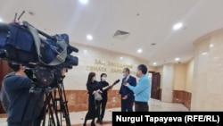 Спустя 1 год и 7 месяцев журналистам разрешили войти в здание сената. 13 октября 2021 г.