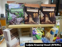 Disa libra të ekspozuara në raftet e një librarie në Prishtinë.