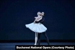 """Rin Okuno și Robert Enache în baletul """"Lacul Lebedelor""""."""