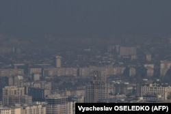 A coal-fueled smog shrouds Bishkek in the depths of winter. (file photo)