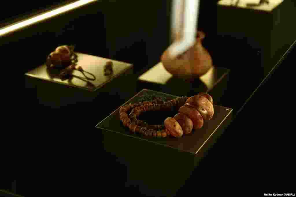"""Izložba pokazuje nakit koji je izrađivao prethistorijski čovjek od različitih materijala kroz različite periode. Iz Muzeja kažu da se radi o najstarijem i najduljem periodu i kulturnom razvoju čovjeku. Odnosi se na povijest čovječanstva do pojave pisma.Taj period je izložbom predstavljen kroz različite segment na osnovu ostataka materijalne kulture. """"Ovo je jedan veliki i zahtjevan projekt Zemaljskog muzeja BiH, koji smo mi odlučili da napravimo s obzirom na to da smo i dužni predstavljati naše kulturno naslijeđe, prije svega zbog posjetitelja koji dolaze"""", rekla je kustosica Andrijana Pravidur za Radio Slobodna Evropa."""