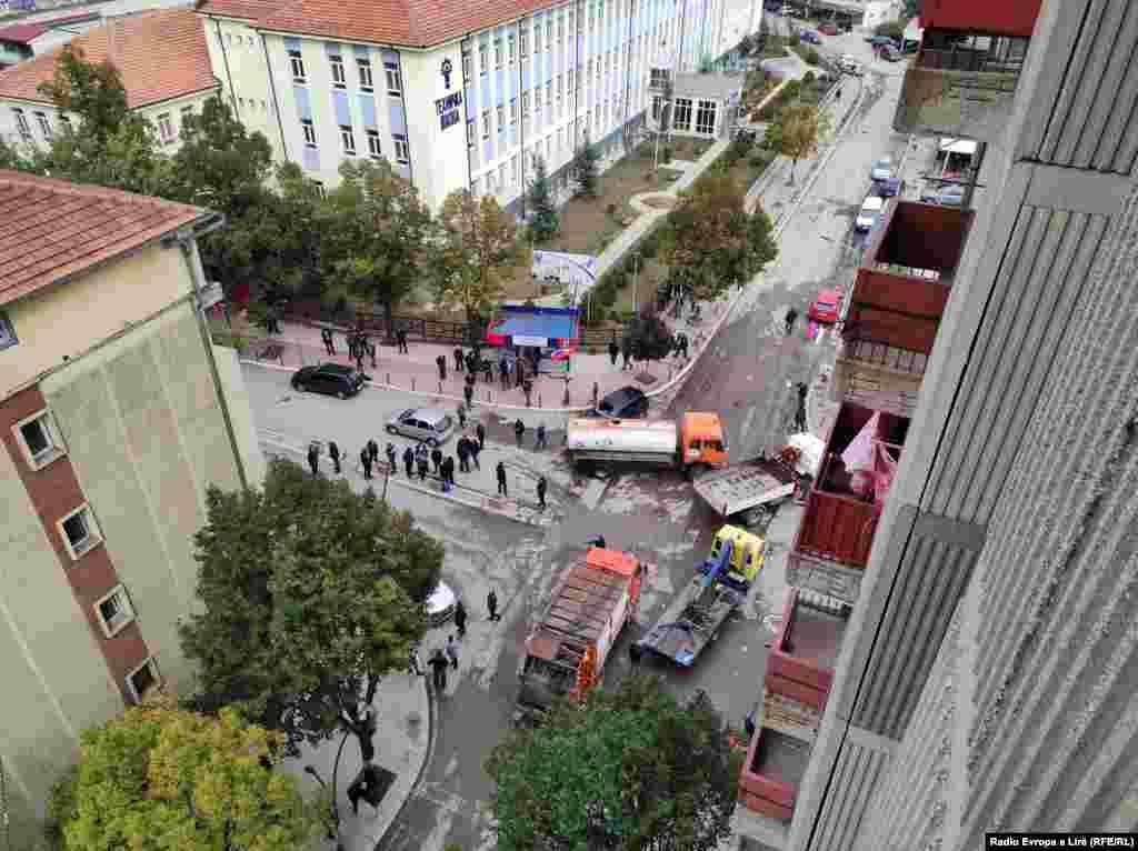 Me kamionë, qytetarët bllokuan rrugë në Mitrovicë të Veriut.
