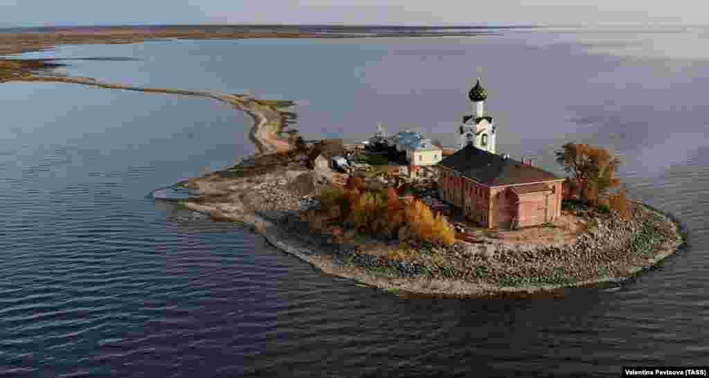 Вид на Спасо-Каменный монастырь на Кубенском озере в Вологодской области России