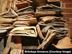 Suprapuneri de piese ceramice sugerând captura efemerului în lut