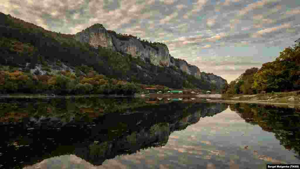 Водоем у подножия пещерного города-крепости Мангуп-кале, Крым